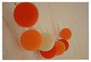 detalle guirnalda luces naranja