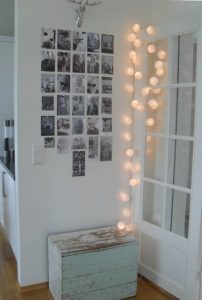 guirnaldas blancas mueble azul